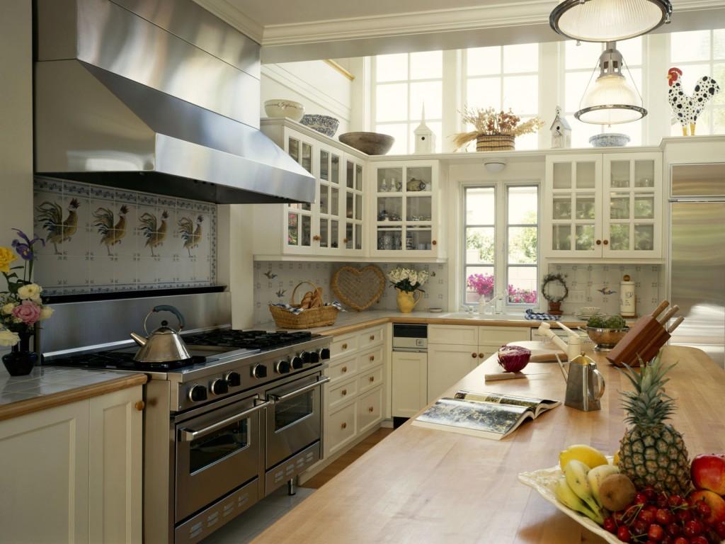 Белый кухонный гарнитур в стиле кантри
