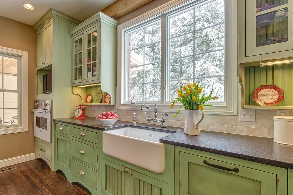 Кремово-зеленая кухня в стиле кантри