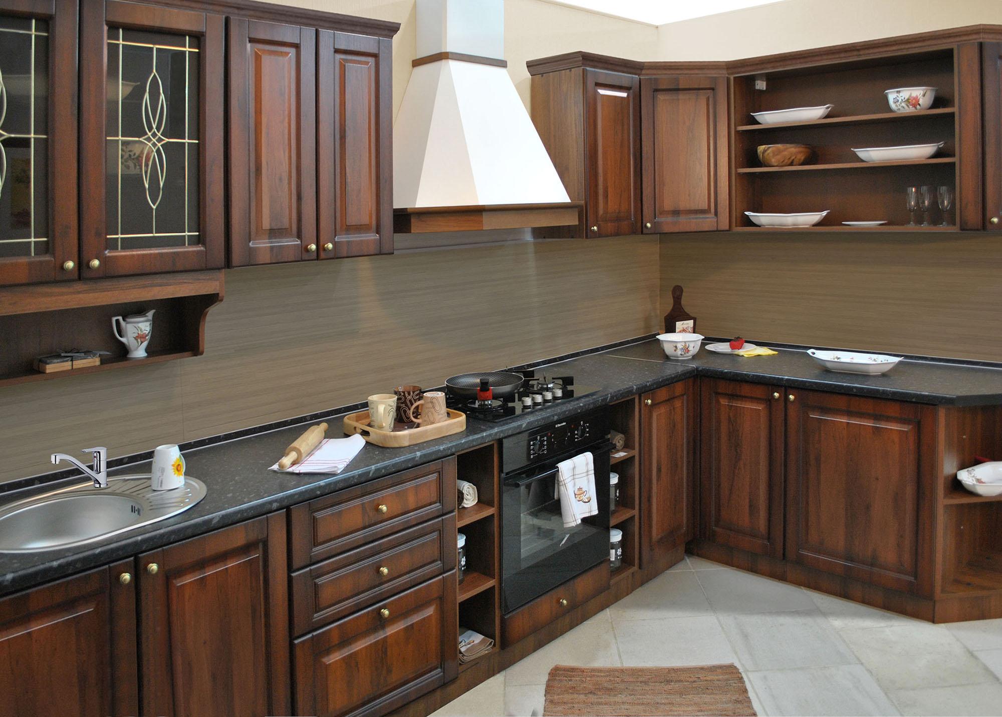 Черно-коричневый кухонный гарнитур в стиле кантри