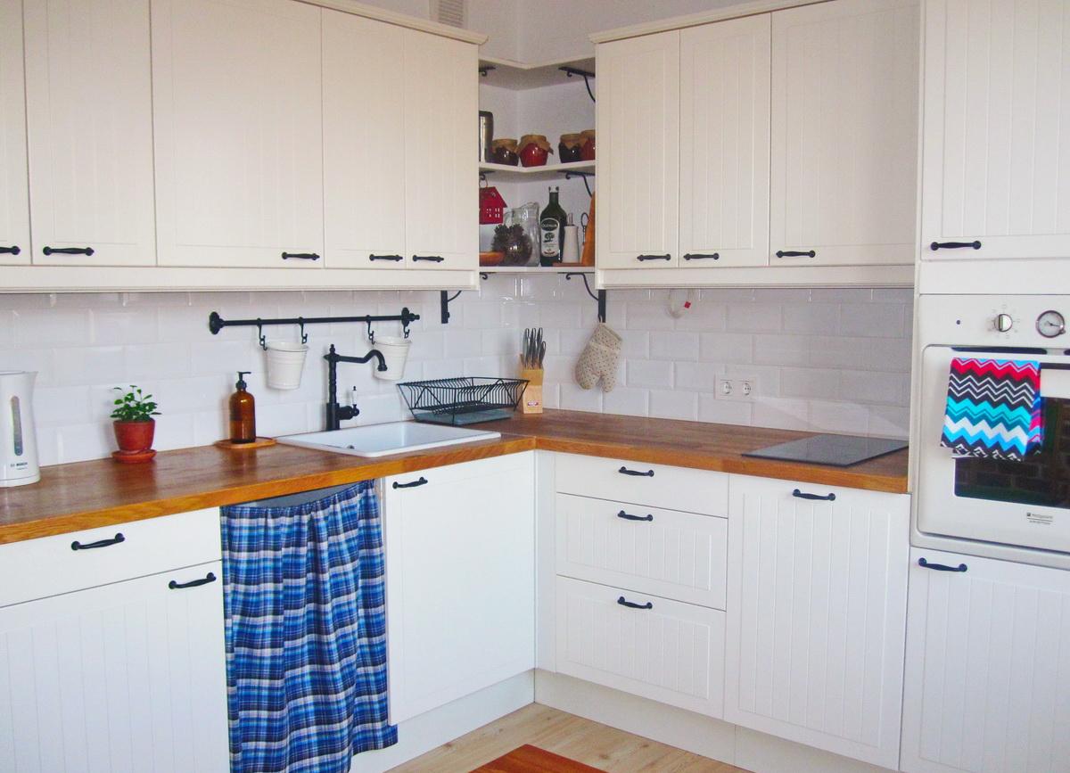 Бело-коричневая кухня в стиле кантри