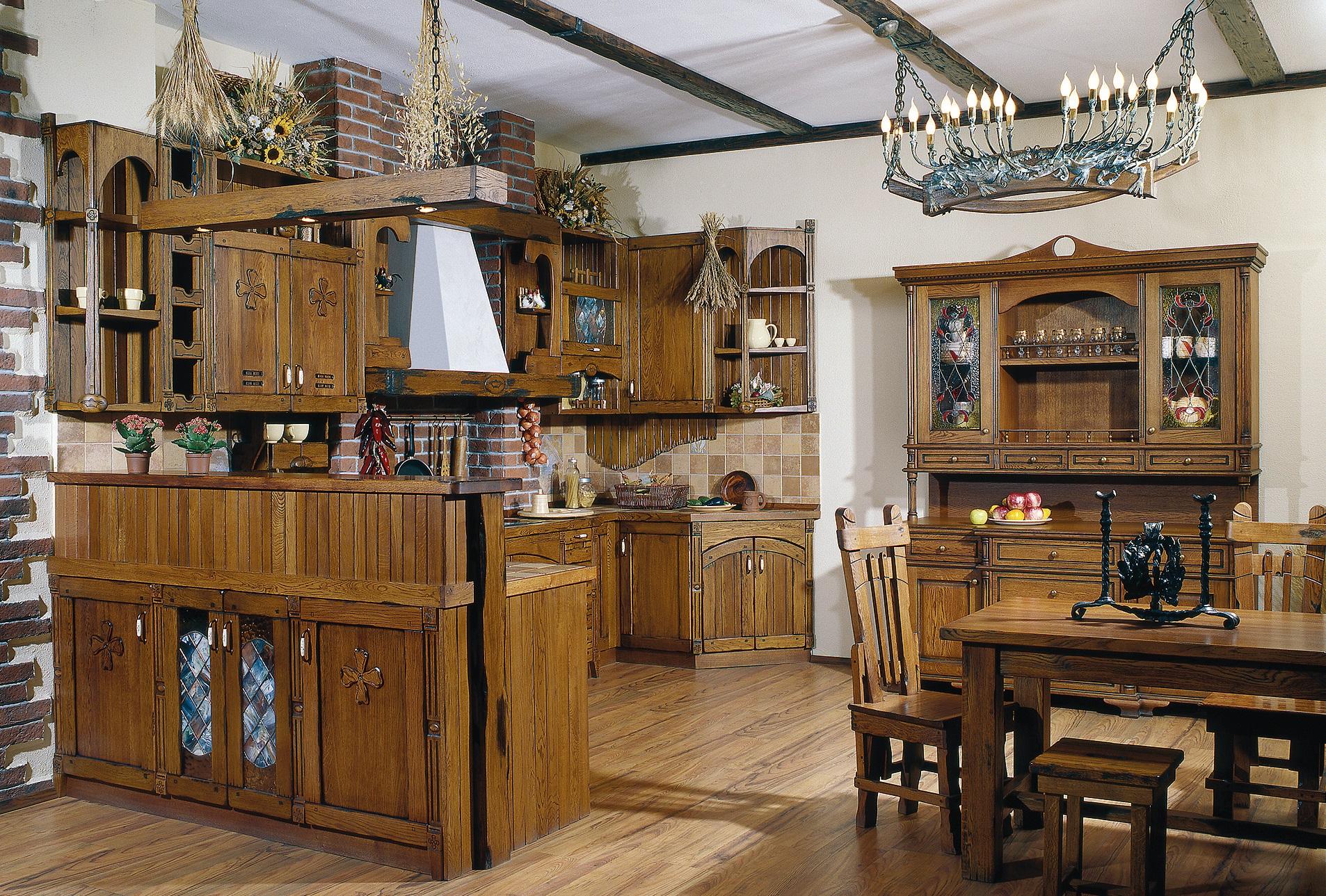 Деревянный кухонный гарнитур в стиле кантри