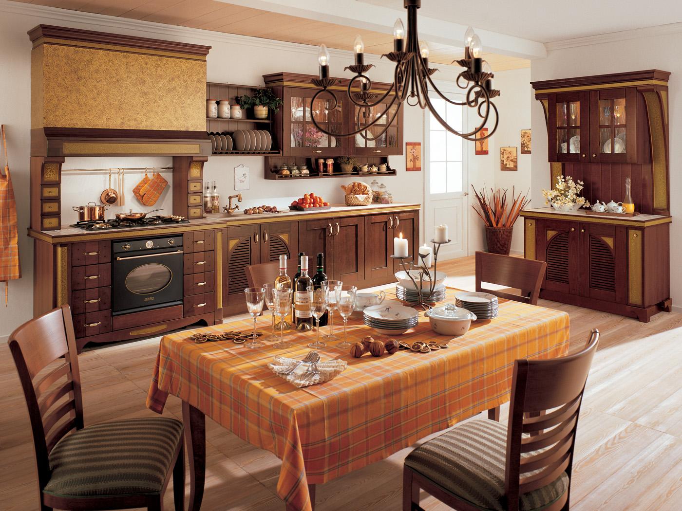Оранжево-коричневая кухонная мебель в стиле кантри