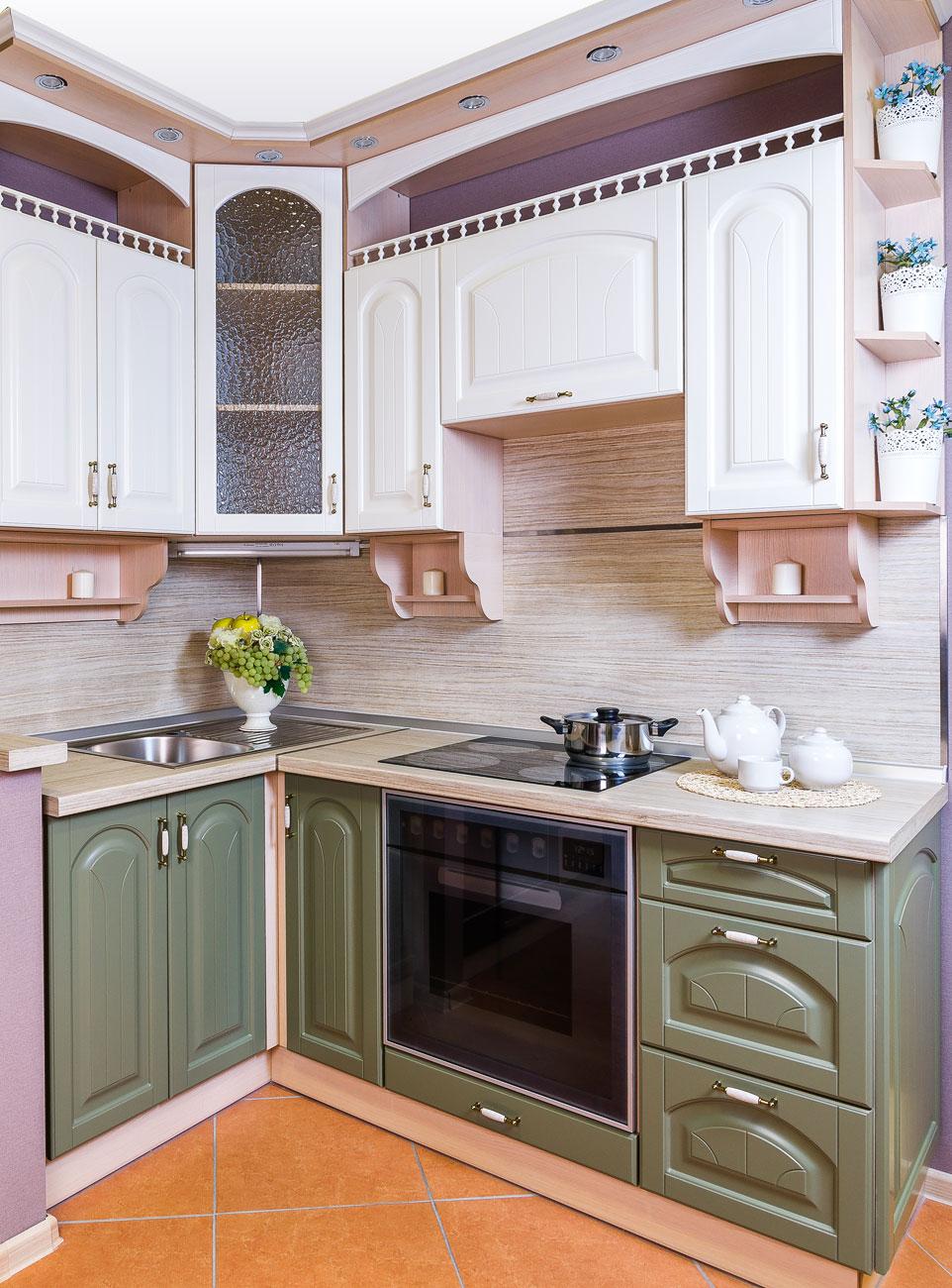 Бело-зеленая кухня в стиле кантри