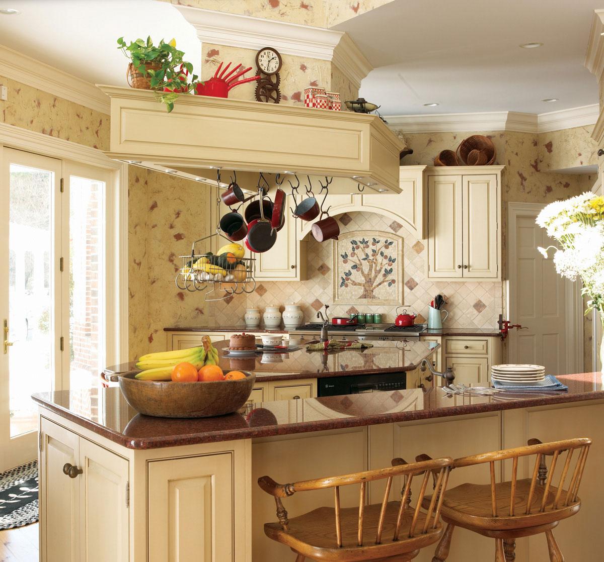 Кремовая кухня в стиле кантри с островом и барной стойкой