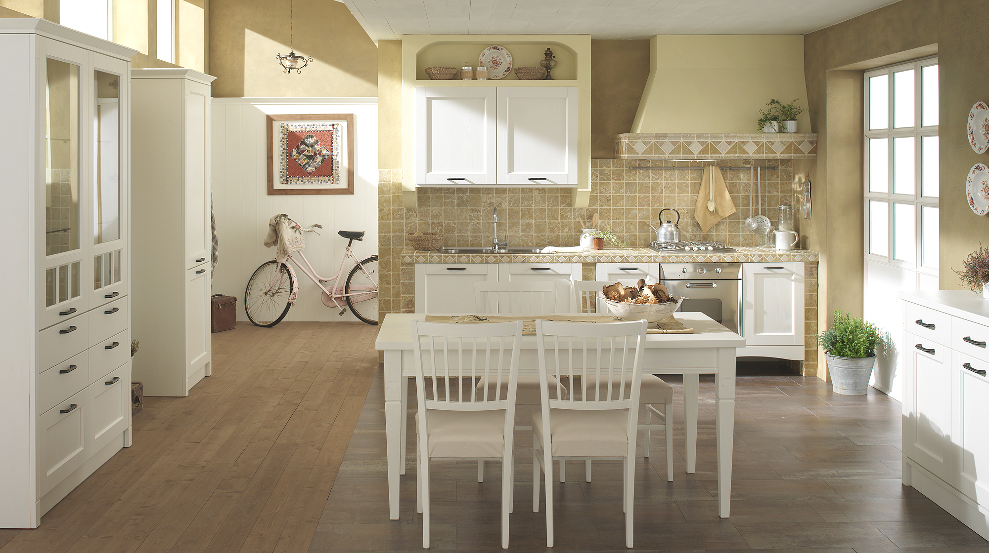 Кремово-белая уютная кухня кантри