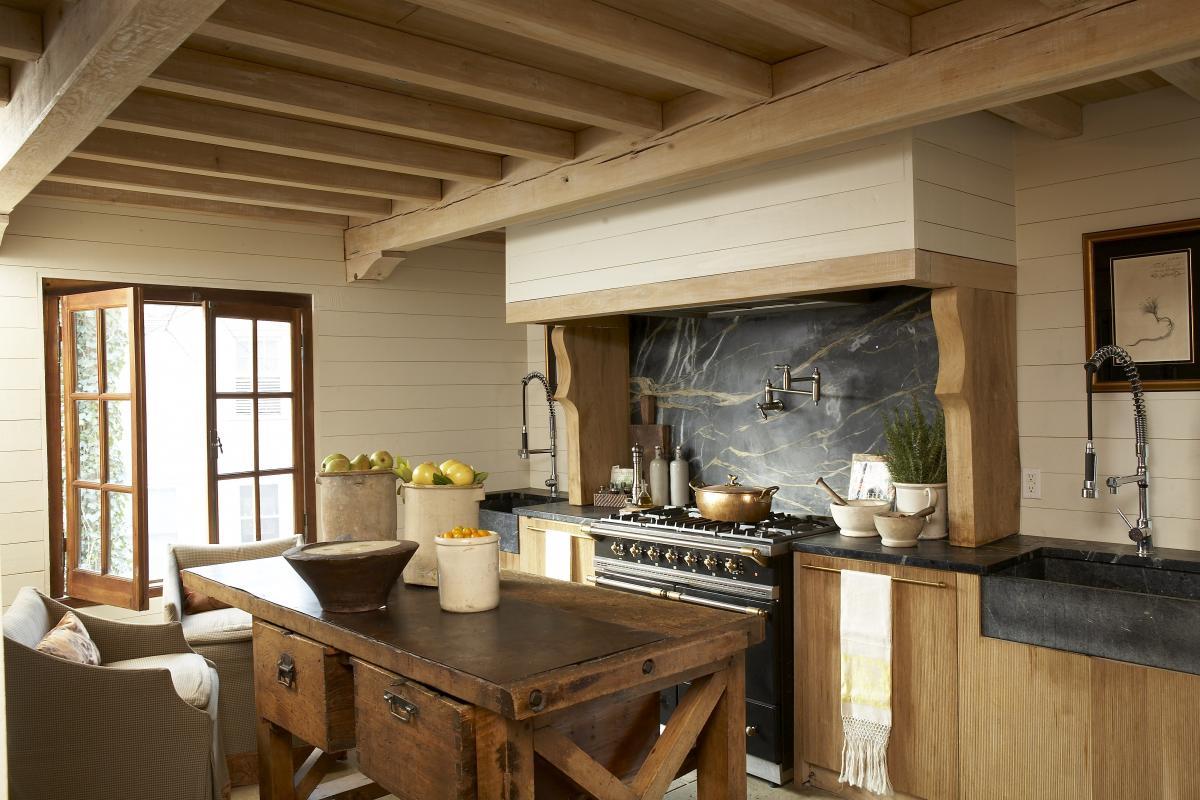 Бежево-коричневая кухня из дерева и камня