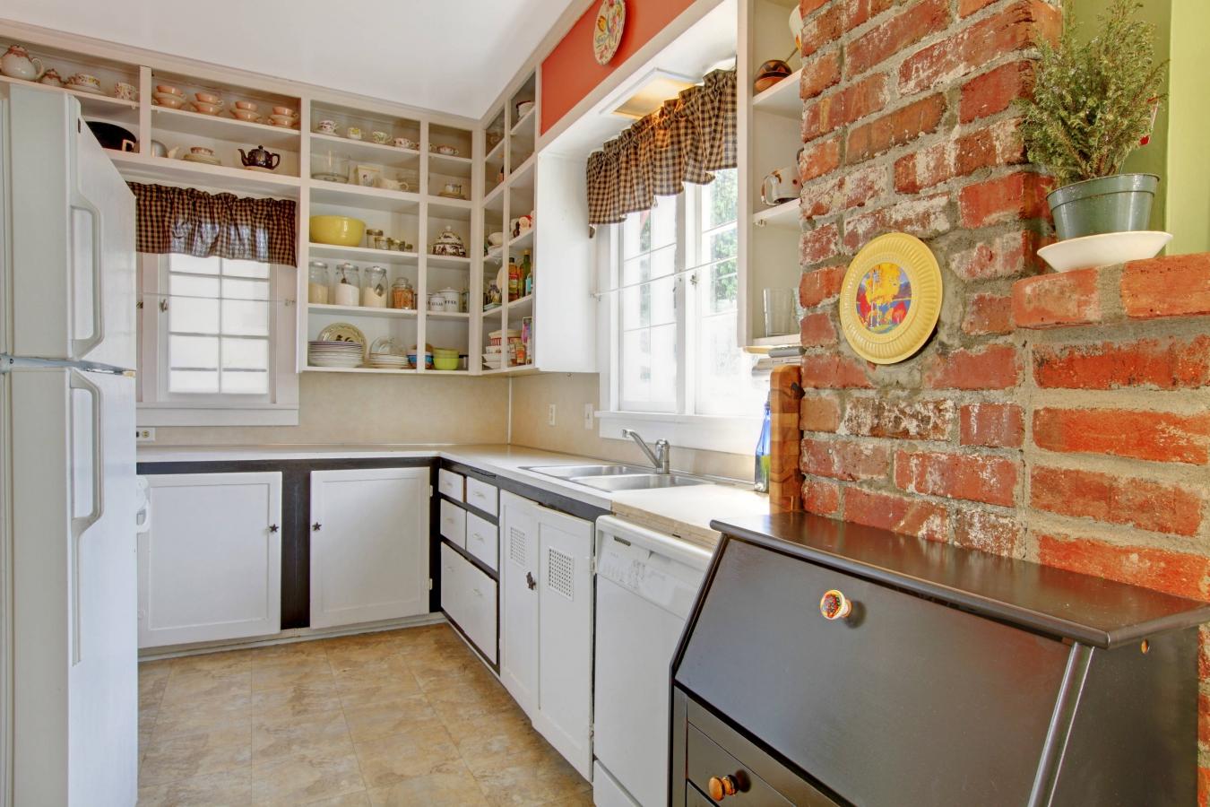 Кирпичная стена на кухне в стиле кантри