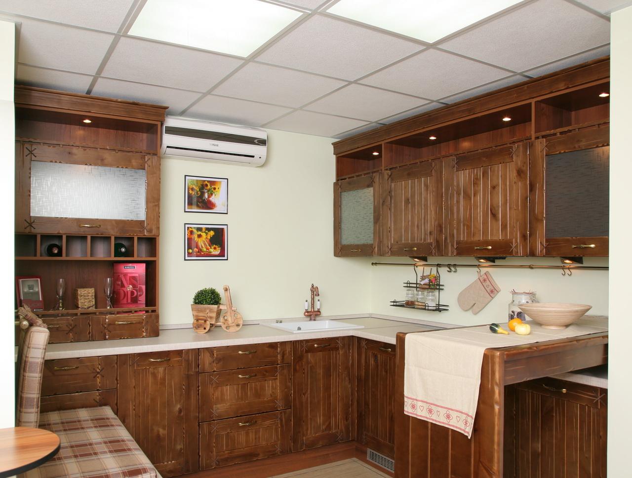 Кремово-коричневая кухня в стиле кантри с полуостровом