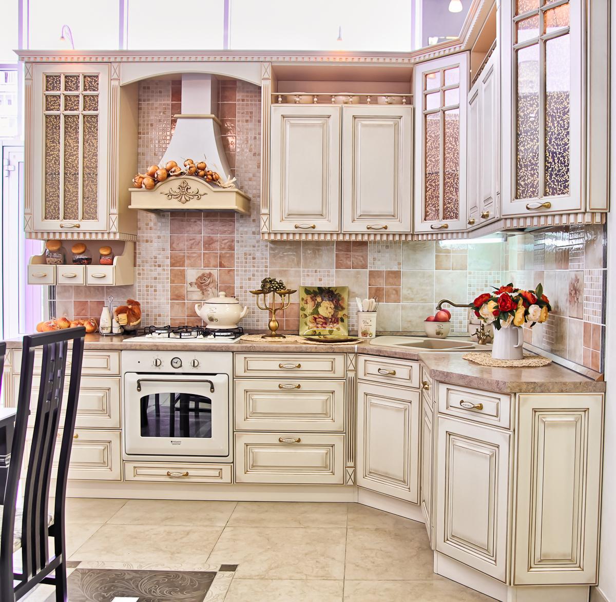 Небольшой угловой кухонный гарнитур в стиле кантри