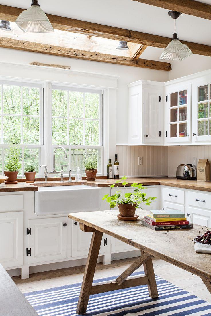 Бело-коричневый интерьер кухни кантри