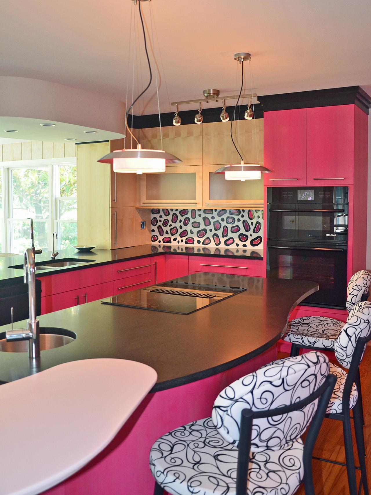 Розовые акценты в интерьере кухни с островом