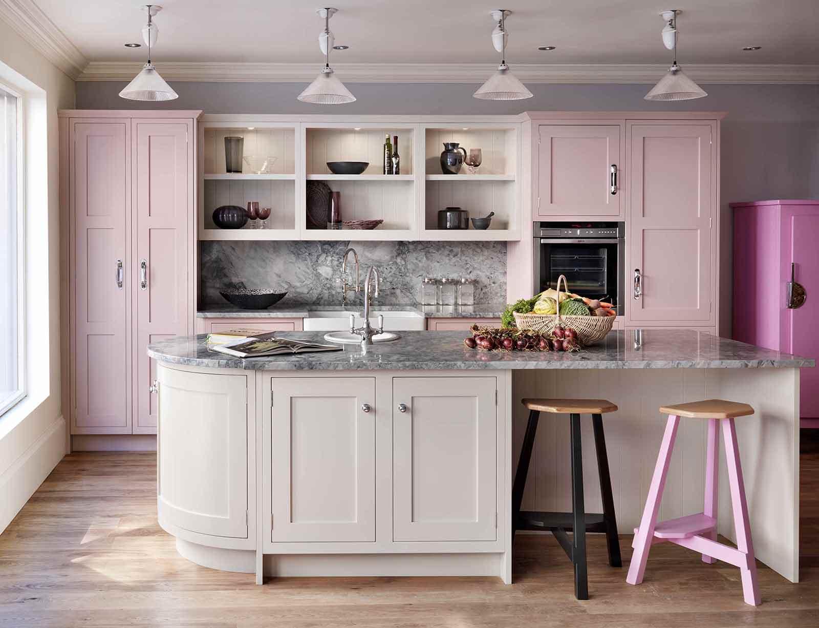 Пастельный розовый, белый, бежевый и черный цвета в интерьере кухни