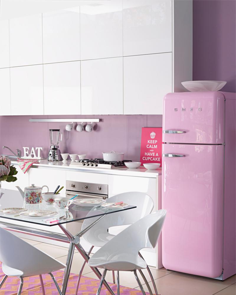 Пастельный розовый и белый цвета на кухне