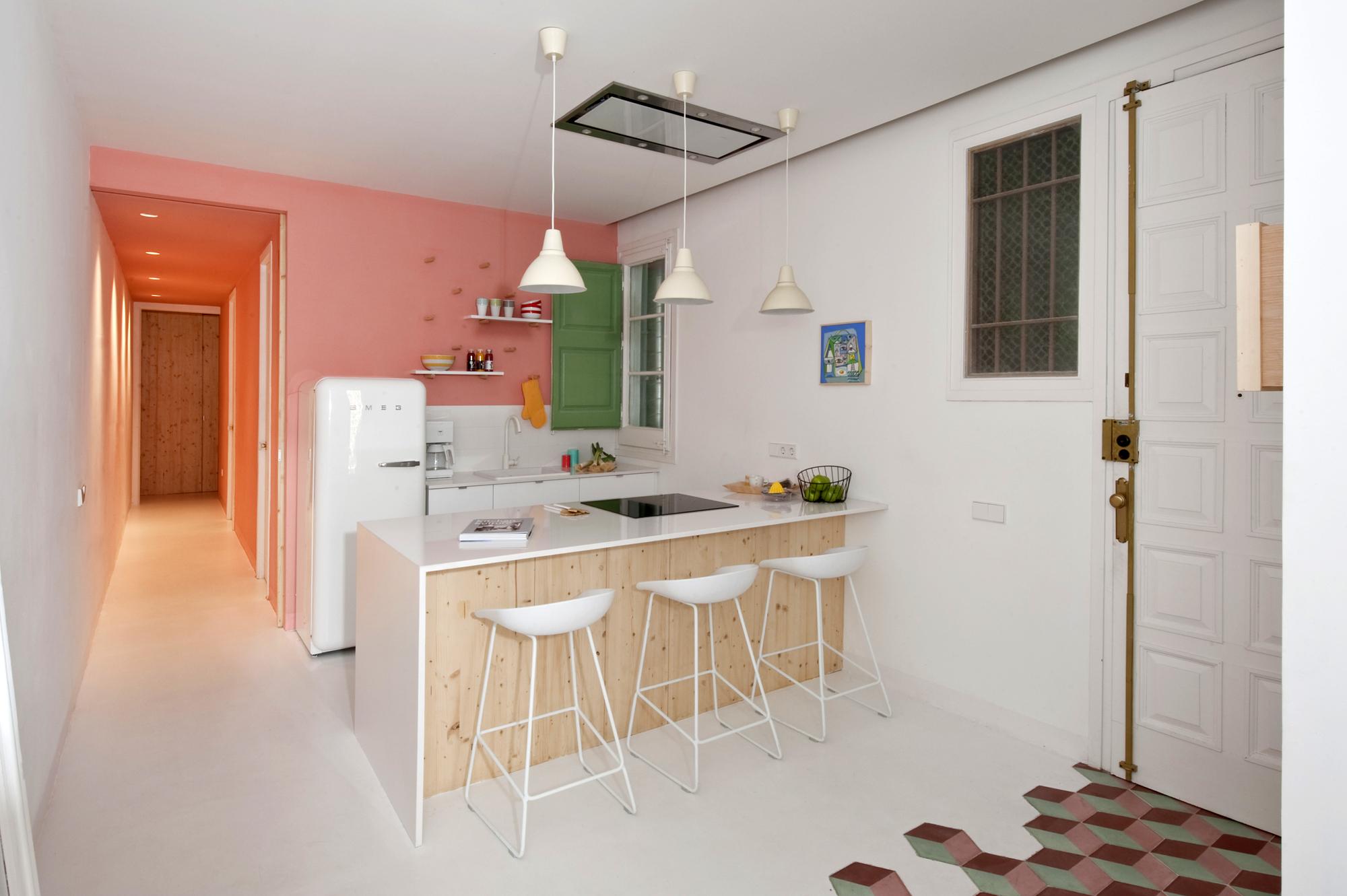 Розовая стена на кухне