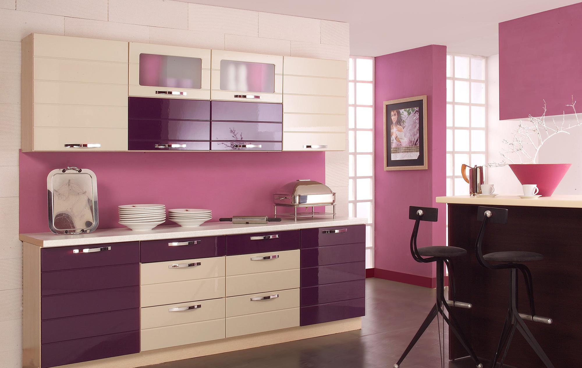 Сочетание розового, фиолетового и бежевого цветов на кухне