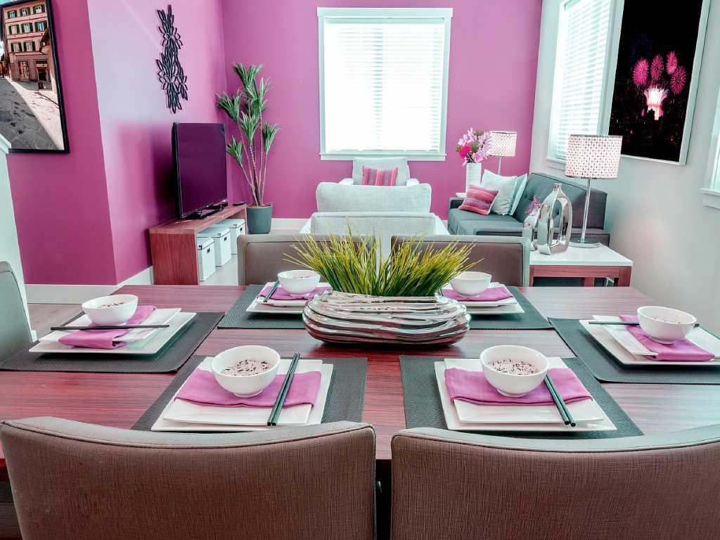 Розовая стена и акценты в интерьере гостиной-кухни