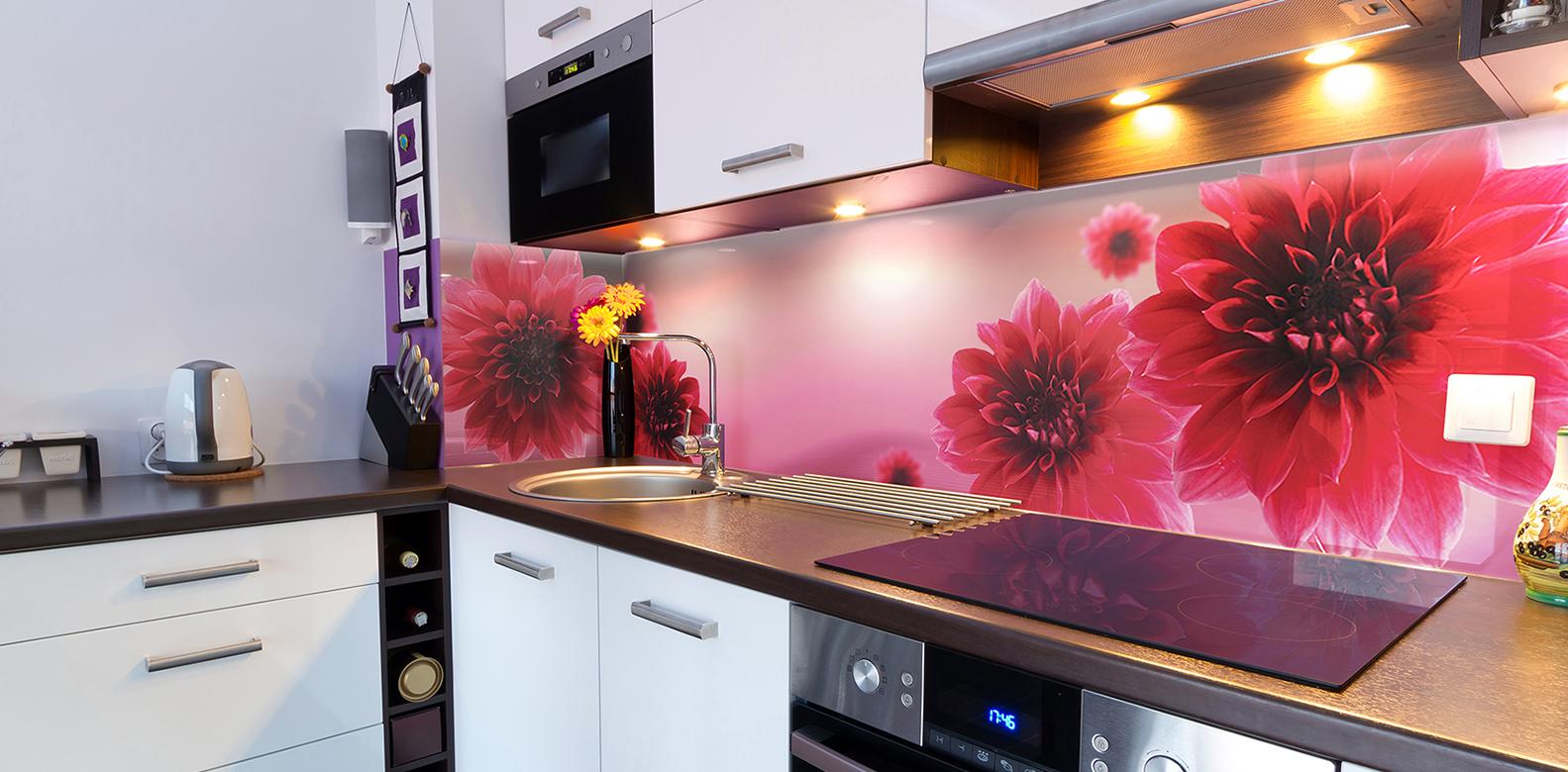Розовый фартук с цветами на кухне