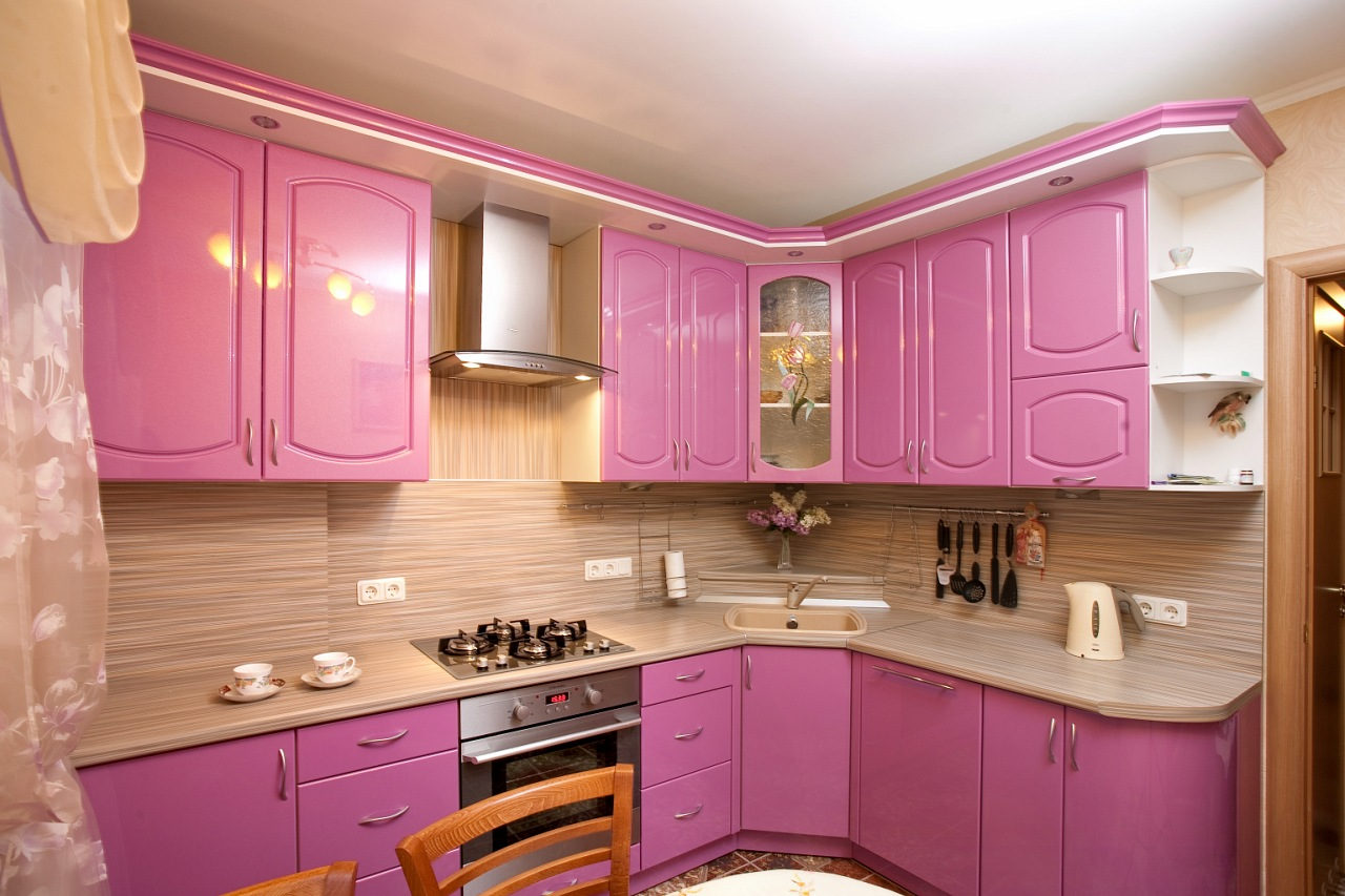 Бежево-розовая угловая кухня