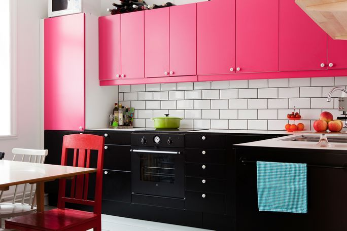 Черно-розовый кухонный гарнитур
