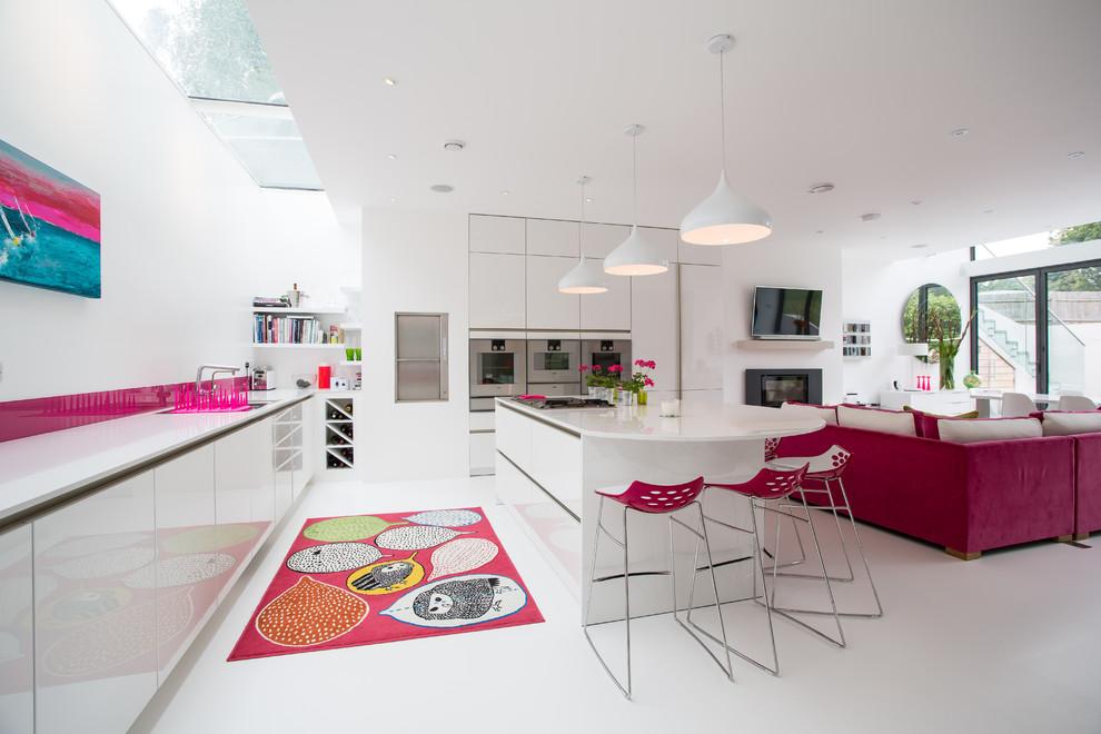 Розовые акценты в белом интерьере гостиной-кухни