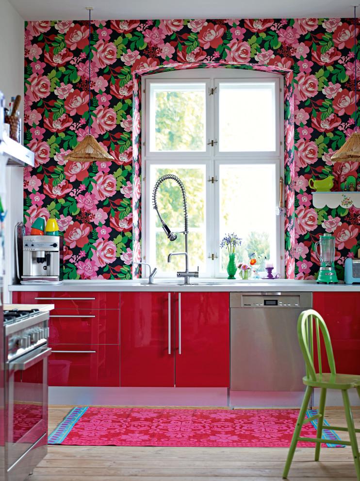Зелено-розовые обои на кухне
