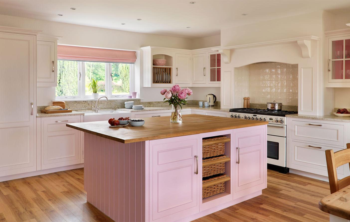 Коричнево-розовый остров в интерьере кухни