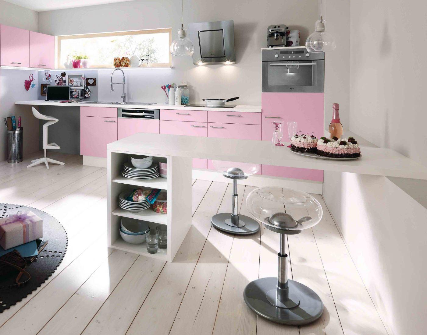 Белый, розовый и черный цвета на кухне с барной стойкой
