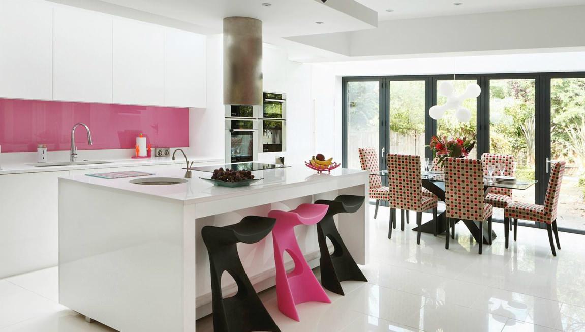 Розовый фартук и барный стул на кухне