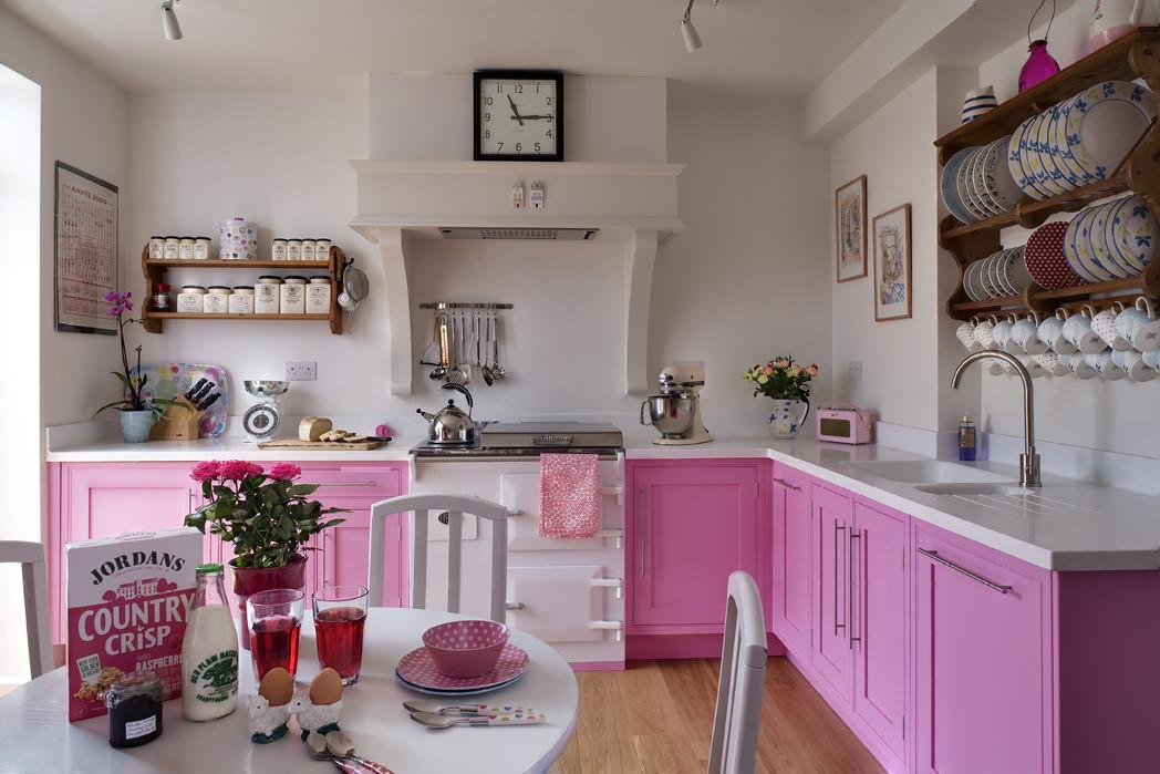 Бело-розовый кухонный гарнитур