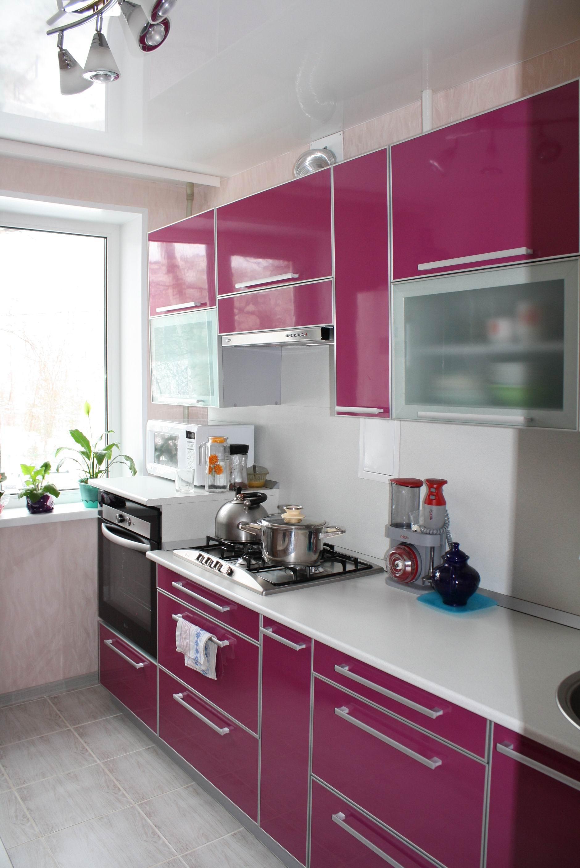 Насыщенный розовый и белый цвета в интерьере кухни