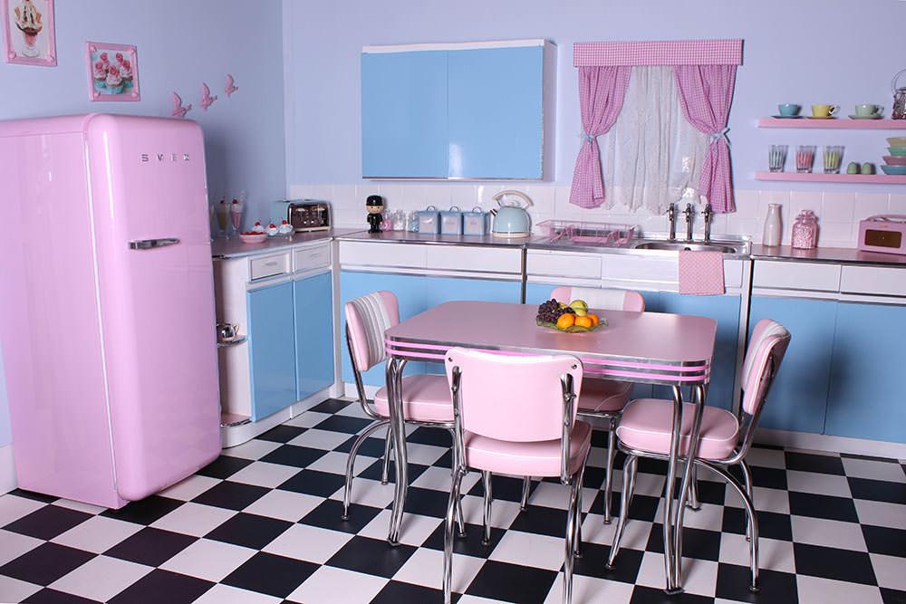 Розовый, голубой, черный и белый цвета в интерьере кухни в стиле ретро
