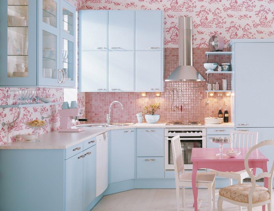 Розовый, голубой и белый цвета в интерьере кухни