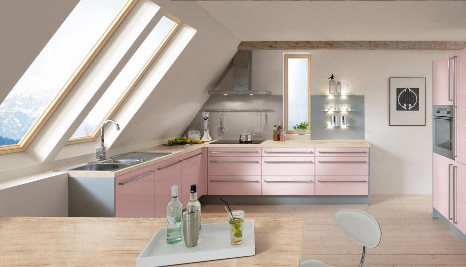 Розово-серый гарнитур в мансардной кухне