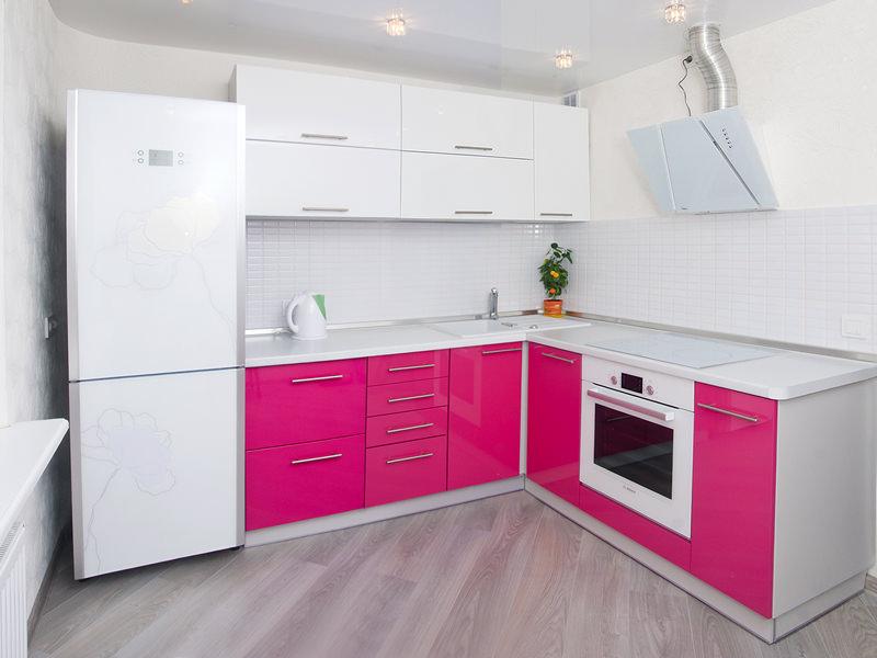 Бело-розовый угловой гарнитур