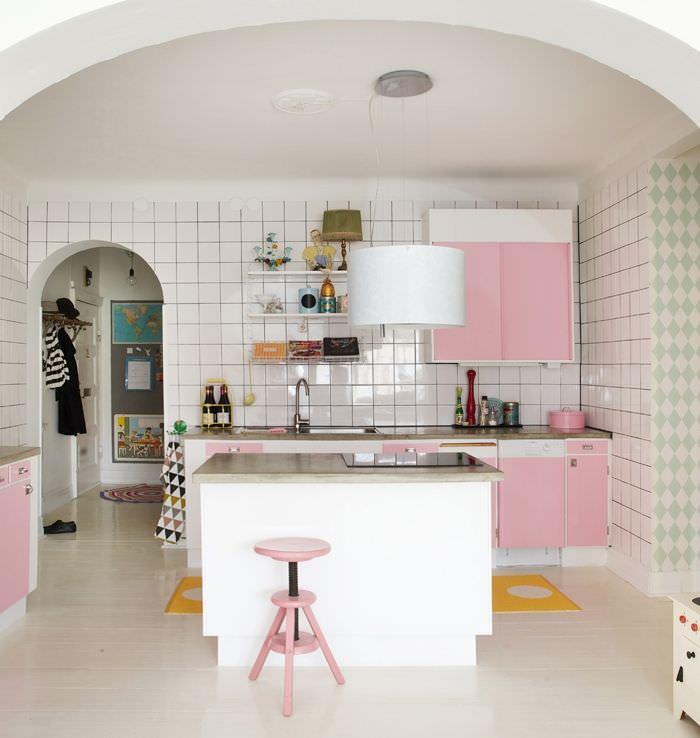 Бело-розовая кухня с островом