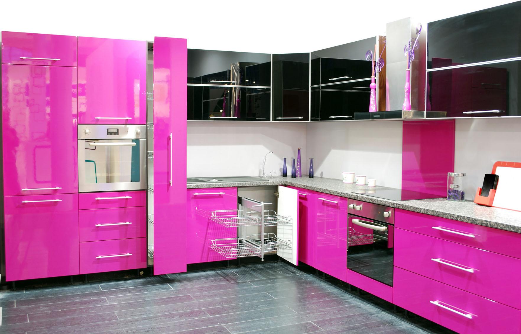 Яркий розовый, черный и белый цвета на кухне