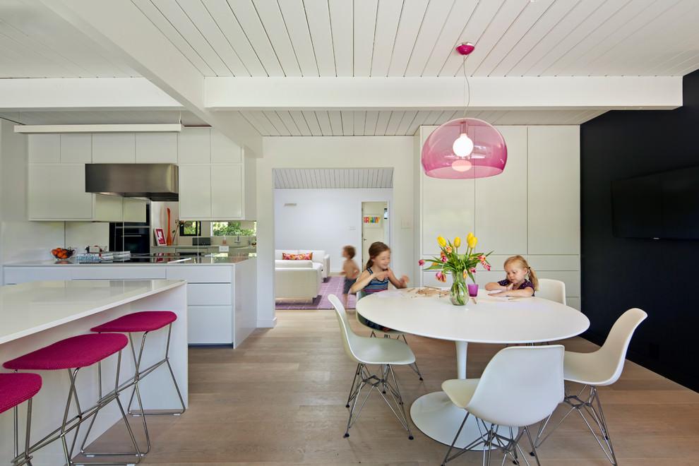 Розовые стулья и лампа на кухне