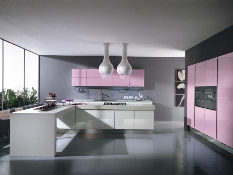 Розовый, серый и белый цвета в интерьере большой кухни