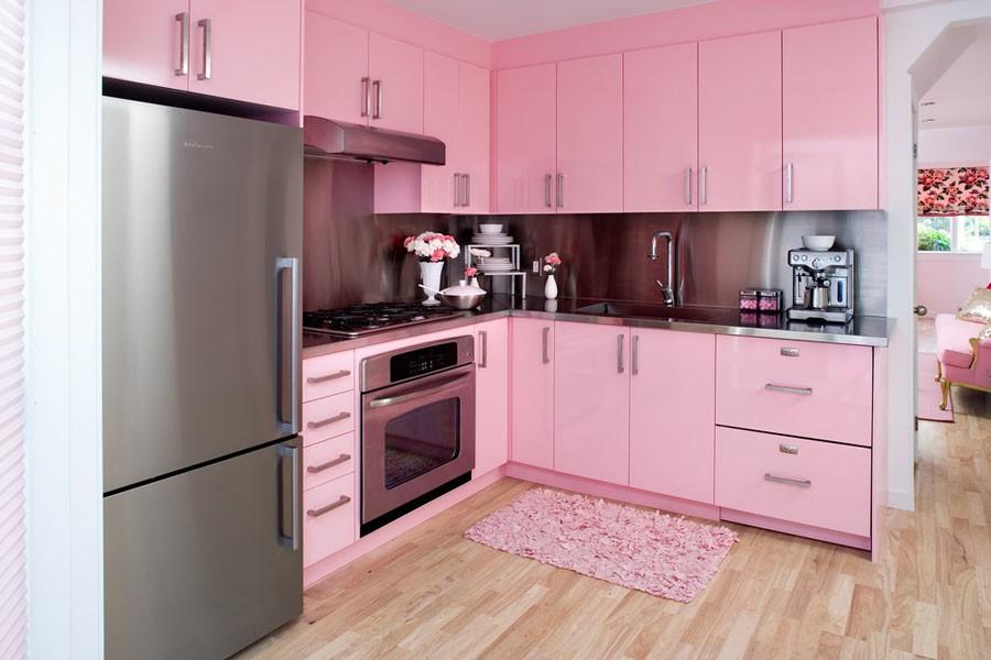 Бежевый пол в розово-серой кухне