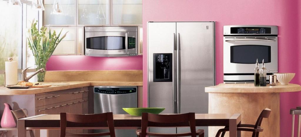 Розовые стены и декор на кухне