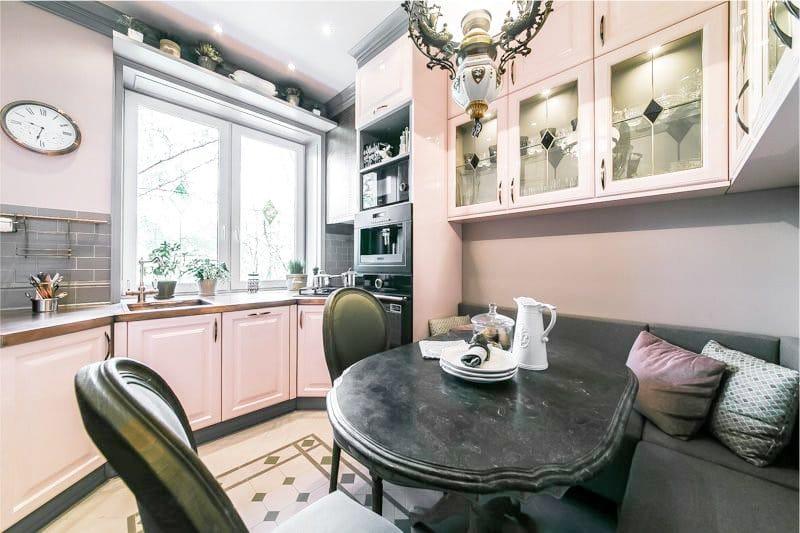 Светлый розовый цвет в интерьере кухни