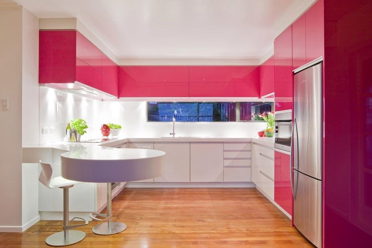 Розовый, белый и коричневый цвета в интерьере кухни