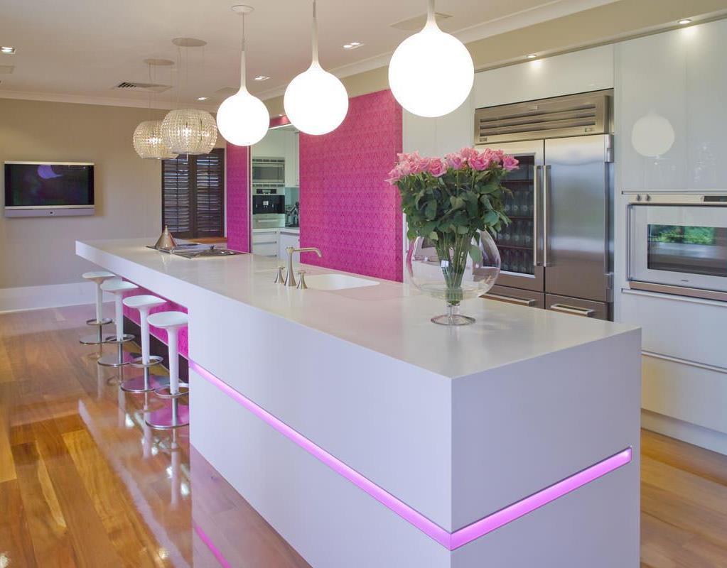 Розовые акценты в интерьере современной кухни