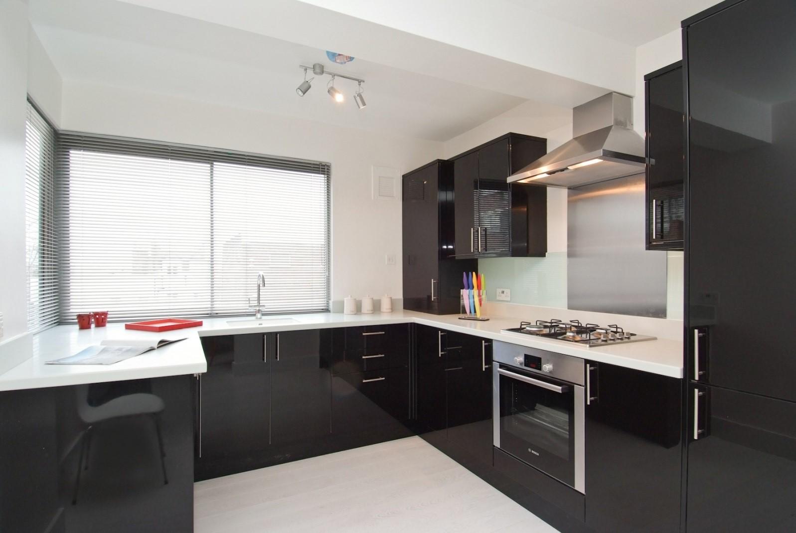 Красивая маленькая черно-белая кухня