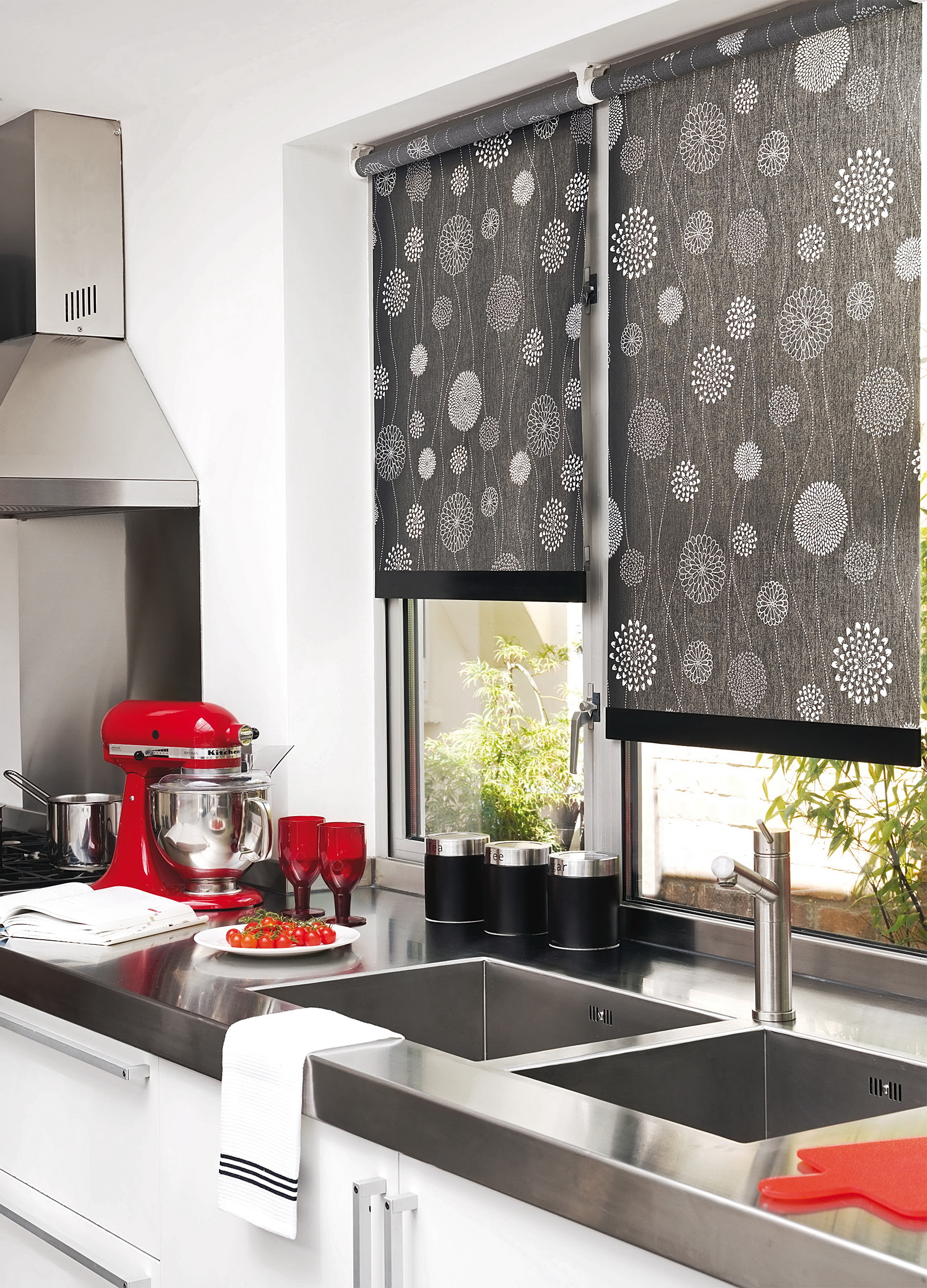 Красные аксессуары в черно-белой кухне