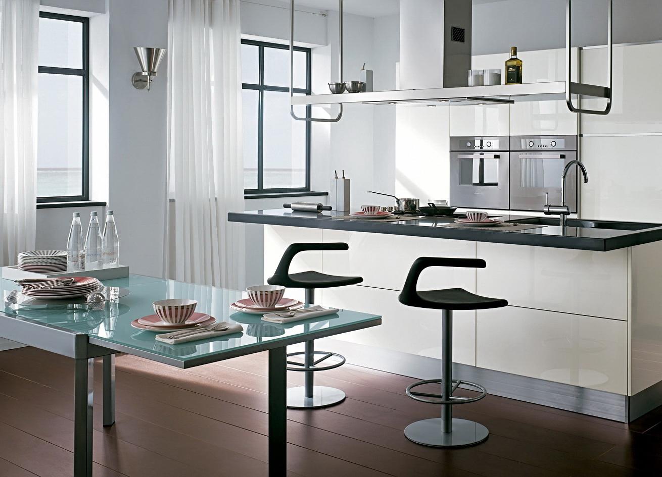 Черно-белая кухня с коричневым полом