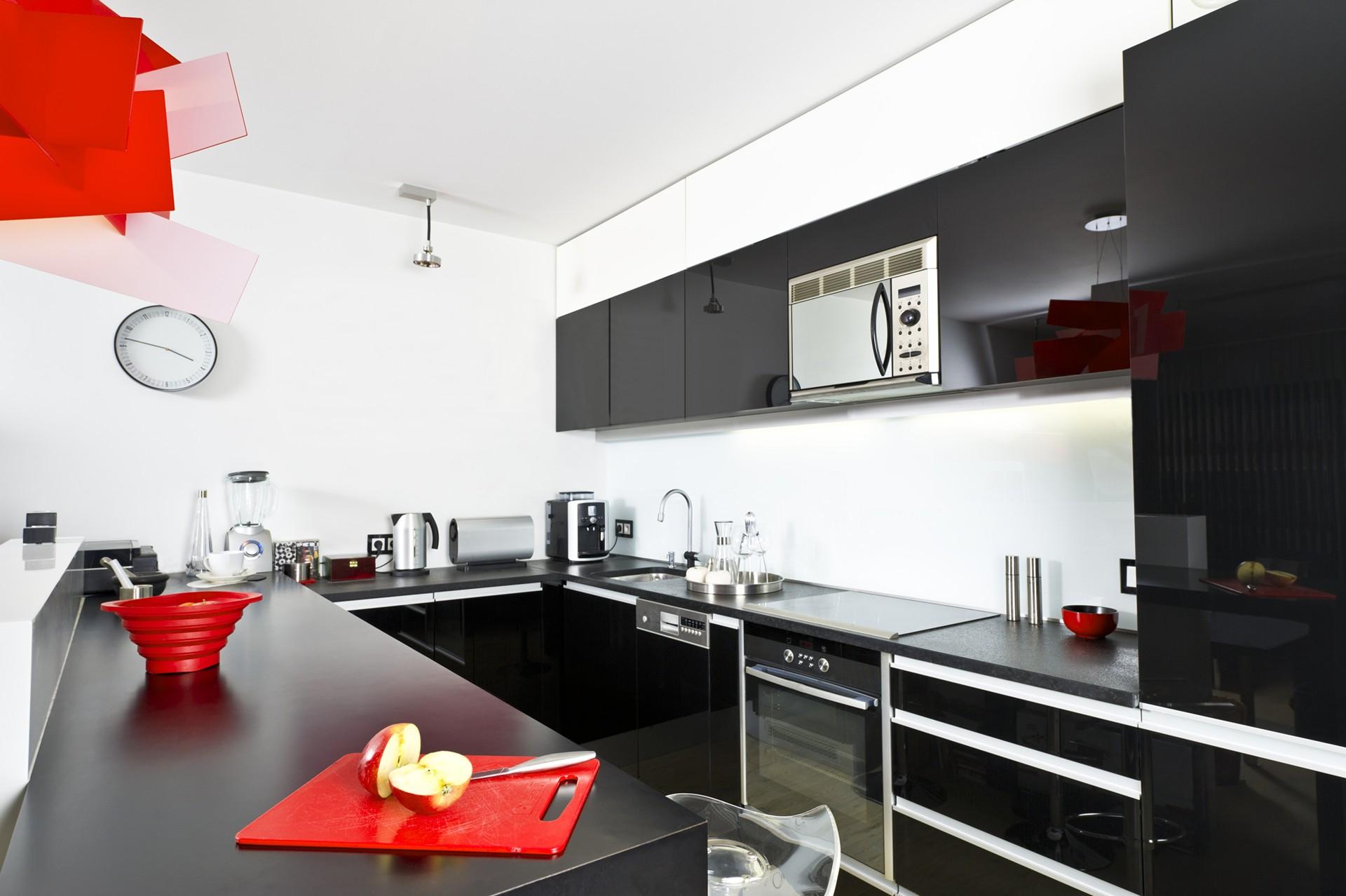 Черно-белая глянцевая кухня с красными акцентами
