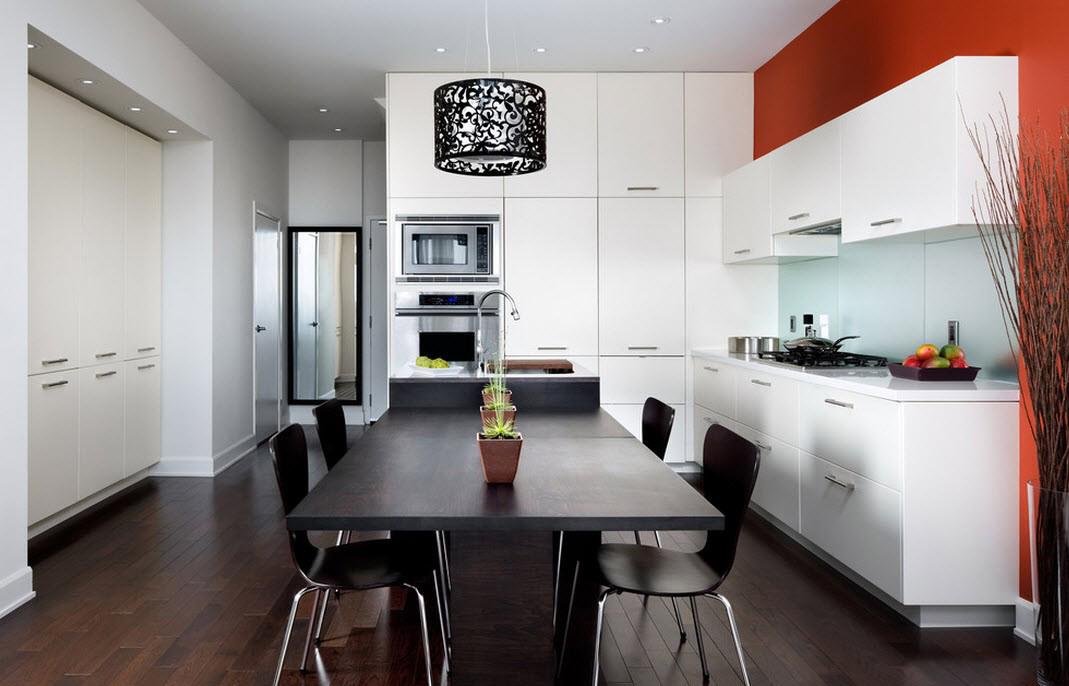 Оранжевая стена в черно-белой кухне