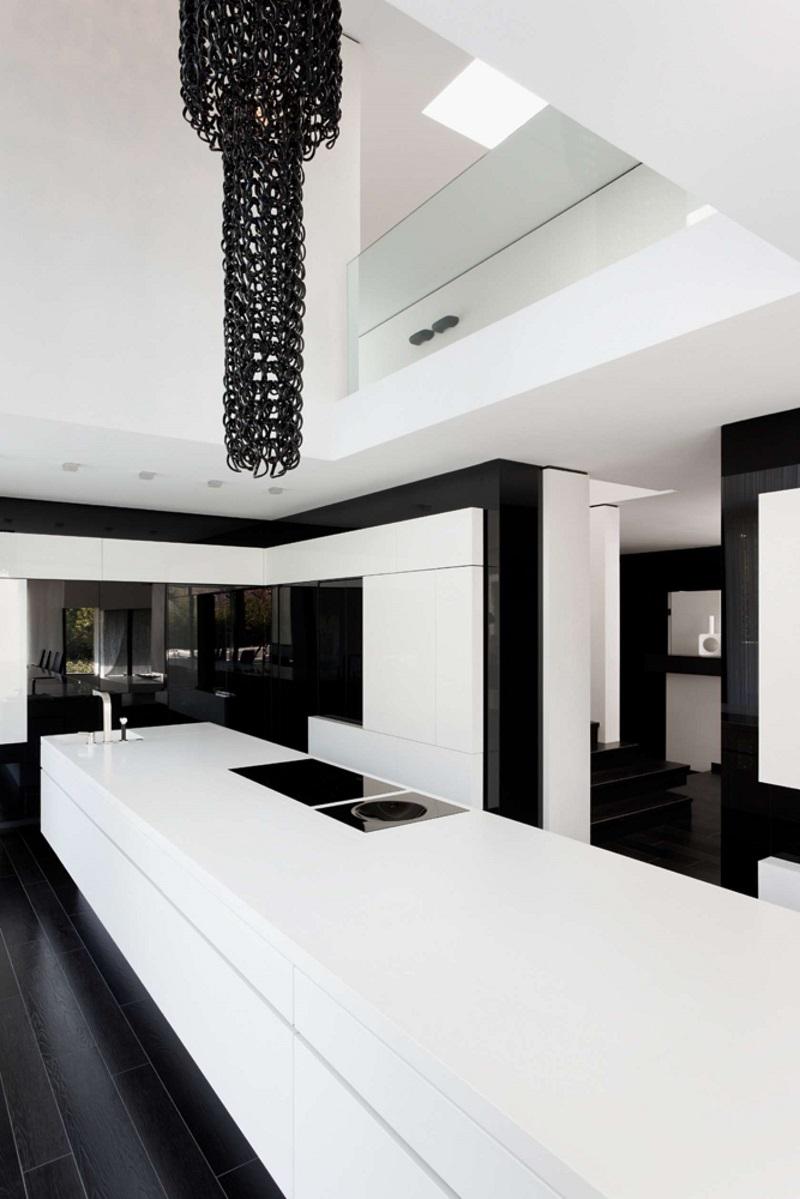 Большая современная черно-белая кухня