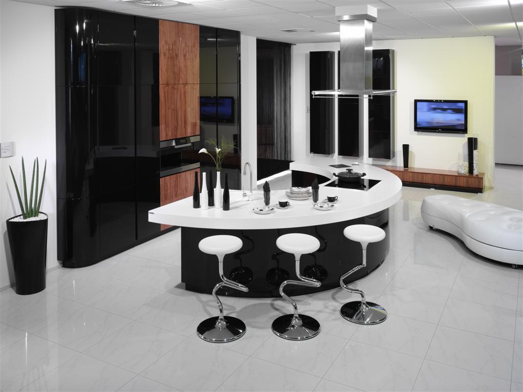Коричневые акценты в черно-белой кухне